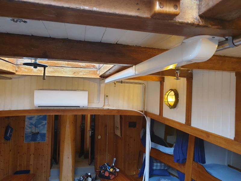Luft luft värmepump inne i en båt
